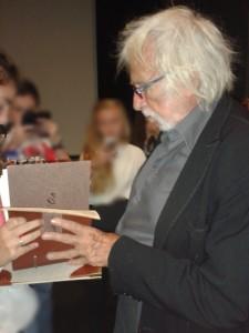 Pierre Richard a même pris le temps de signer dans le livre d'or du collège